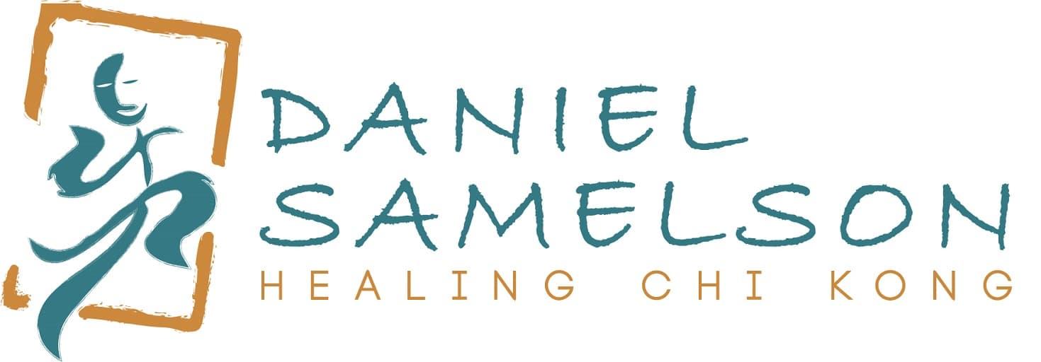 לוגו דניאל סמלסון מורה לצ'י קונג ומדריך רוחני
